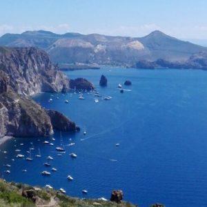 Isole Eolie: le migliori escursioni in barca per visitarle